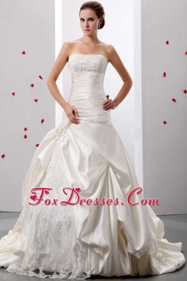 2013 Fashionable A-line Strapless Applqiues Ruch Wedding Gowns