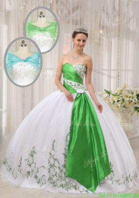 2016 Modern Ball Gown Sweetheart Embroidery Quinceanera Dresses