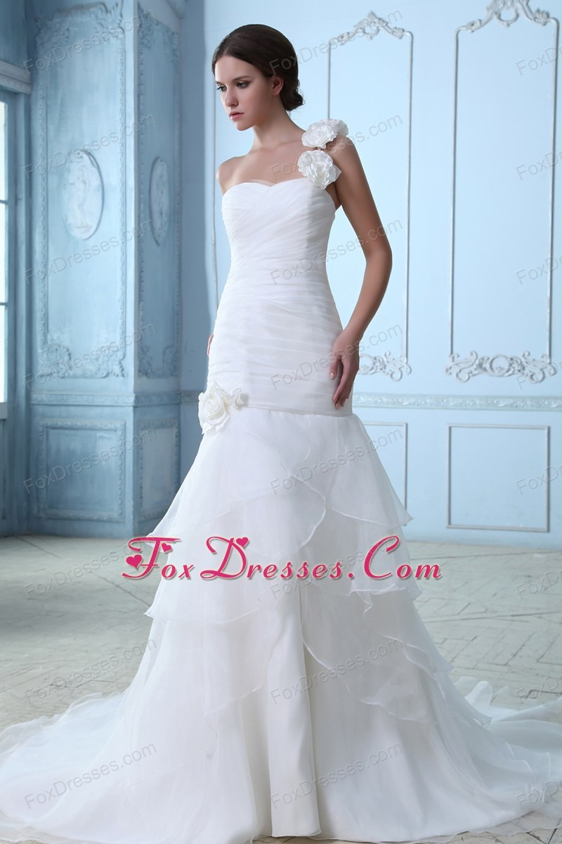 pretty bridal gown for indoor wedding with sleeveless